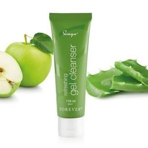 يحتوي ريفريشينج جل كلينزر على خلاصات الصبار والتفاح